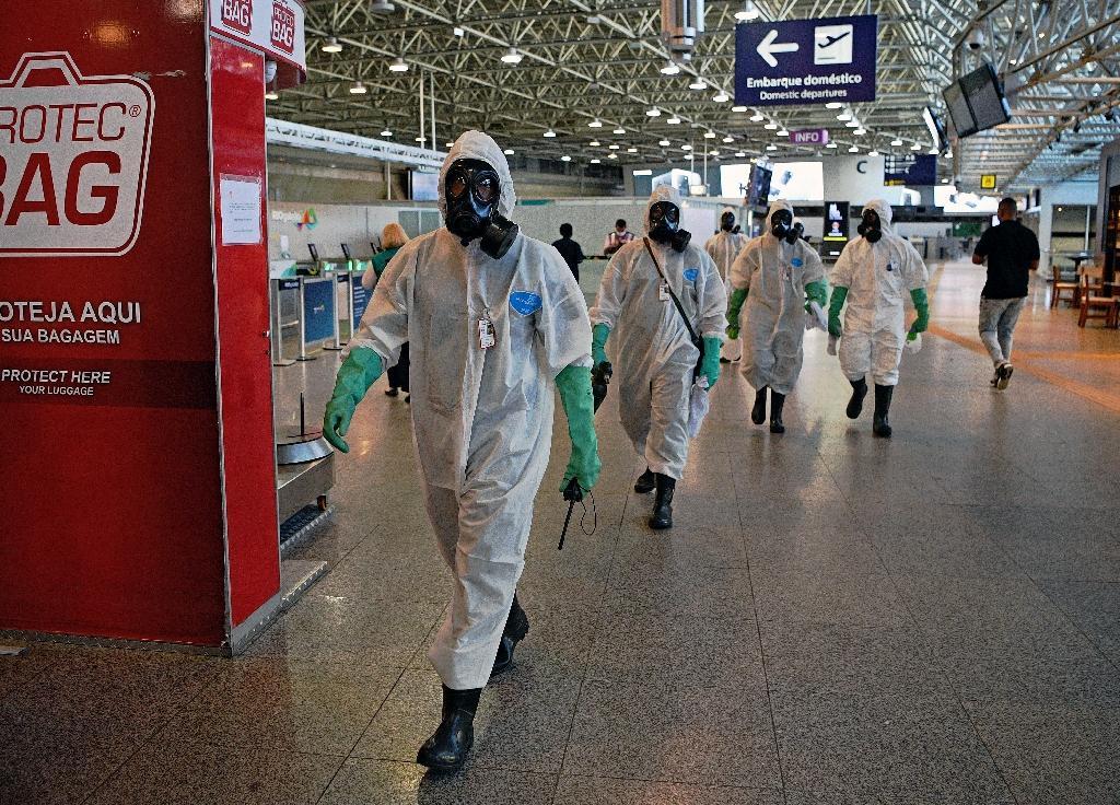Des militaires après une mission de désinfection à l'aéroport Tom Jobim Galeao de Rio de Janeiro (Brésil) le 24 avril 2020