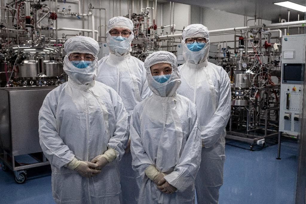 Des chercheurs travaillant sur un vaccin expérimental contre le nouveau coronavirus posent dans un laboratoire de Sinovac Biotech où ils testent des cellules d'un singe, à Pékin le 29 avril 2020