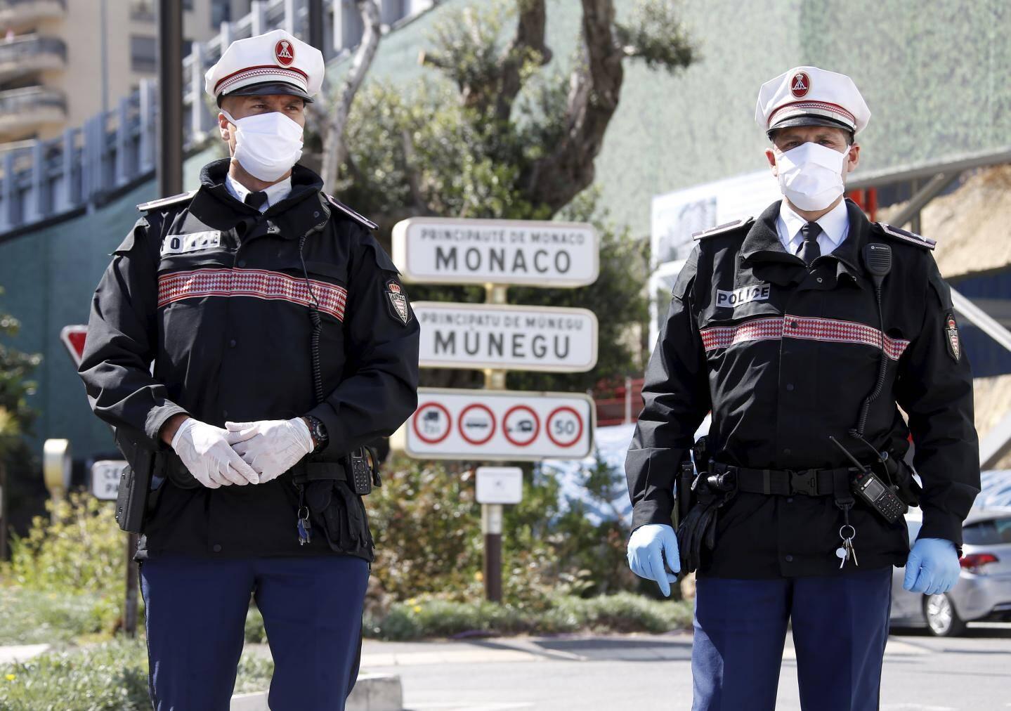 Jeudi 9 avril 2020 à Monaco - Port de protections, masques et gants, pendant les contrôles de confinement par la Sûreté publique monégasque pour lutter contre la pandémie de coronavirus -