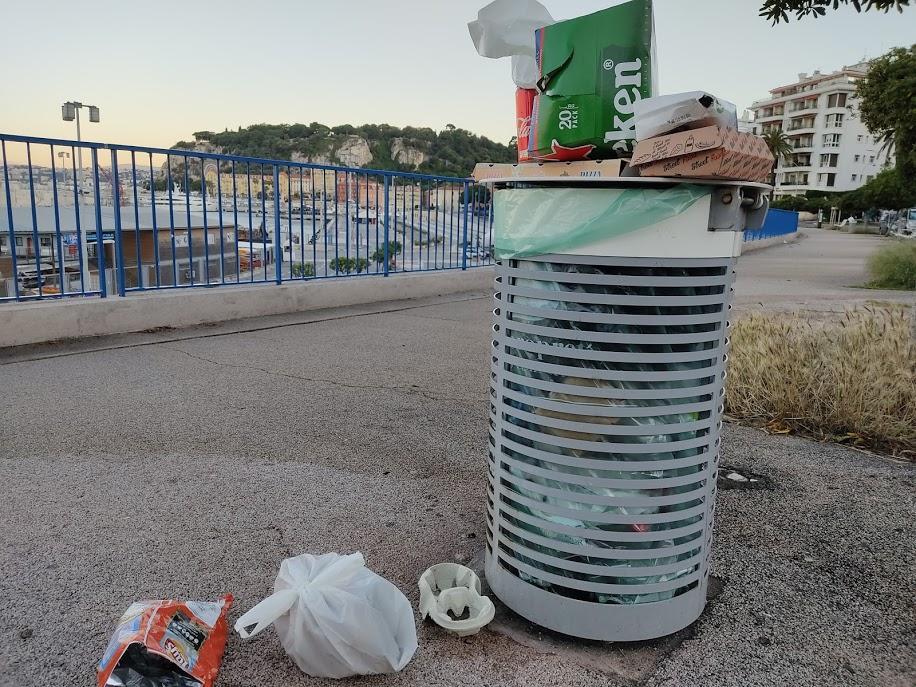 Les emballages de fast-food débordent des poubelles à côté du port de Nice.