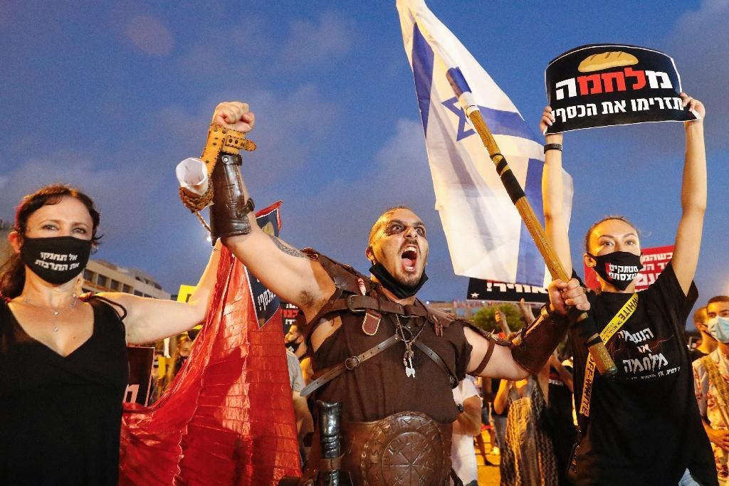 Des Israéliens manifestent contre la gestion de la pandémie par leur gouvernement, le 11 juillet 2020 à Tel Aviv