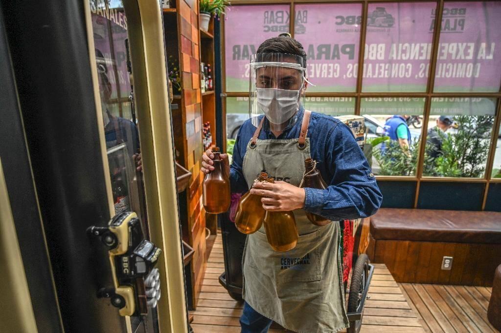 L'employé d'un restaurant à Bogota, le 10 juillet 2020