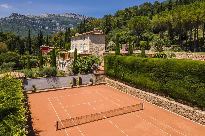 Le terrain de tennis attenant au château.