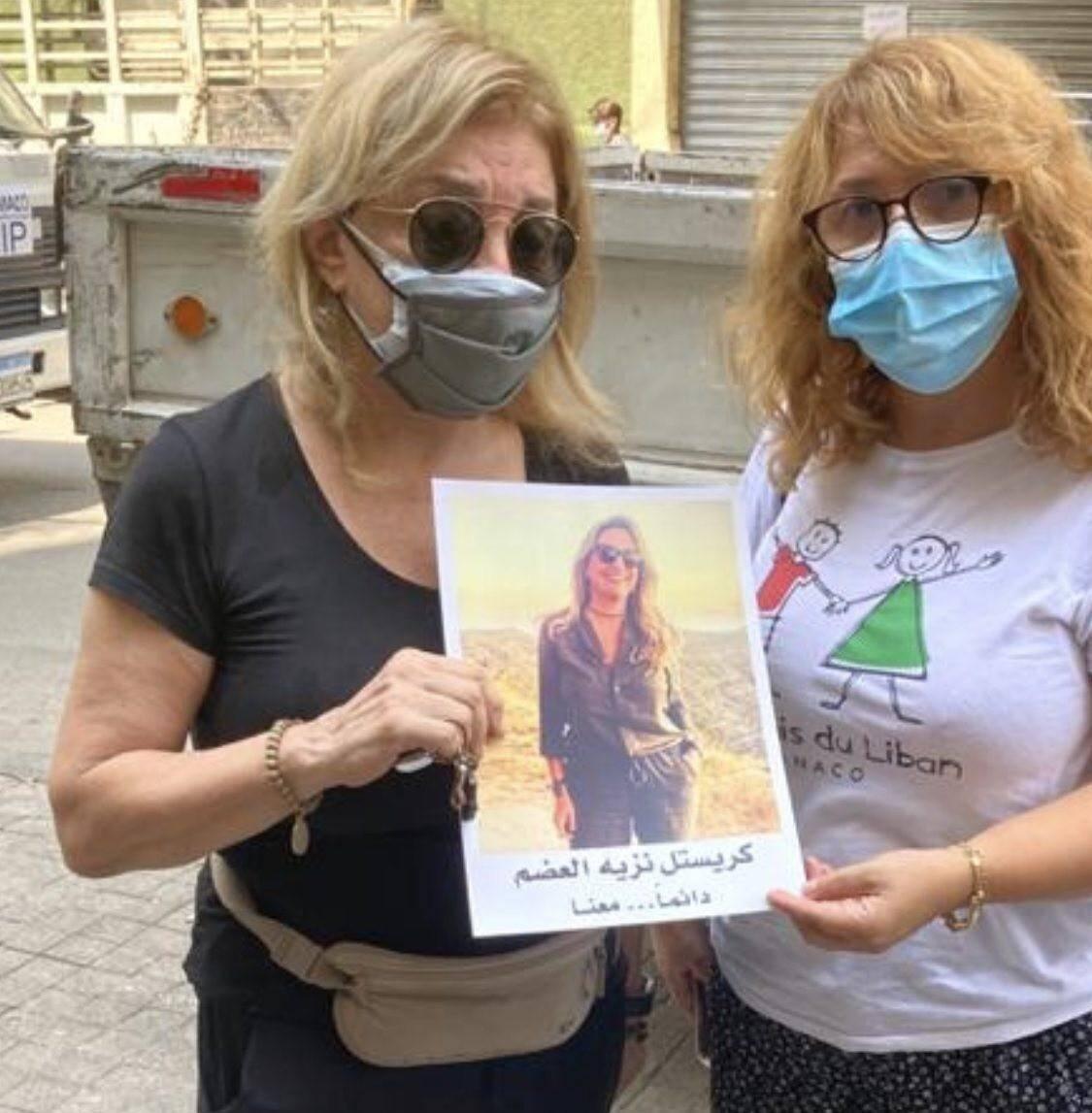 Dalal (à gauche) montre la photo de sa fille Kristelle, 36 ans, décédée dans l'explosion.