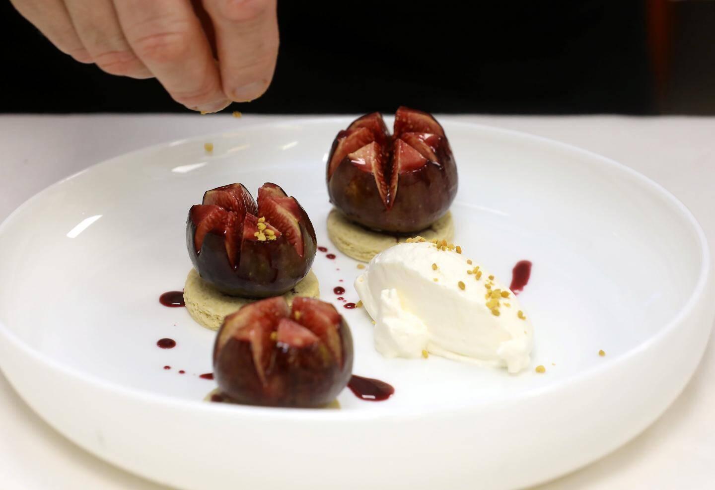 En dessert, des sablé de patates douces, avec des figues rôties au jus de sangria, saupoudrées de pollen local.