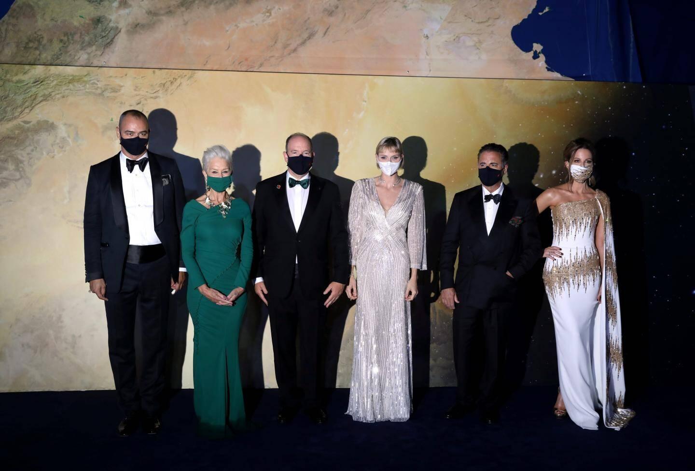 Le couple princier entouré de ses invités.