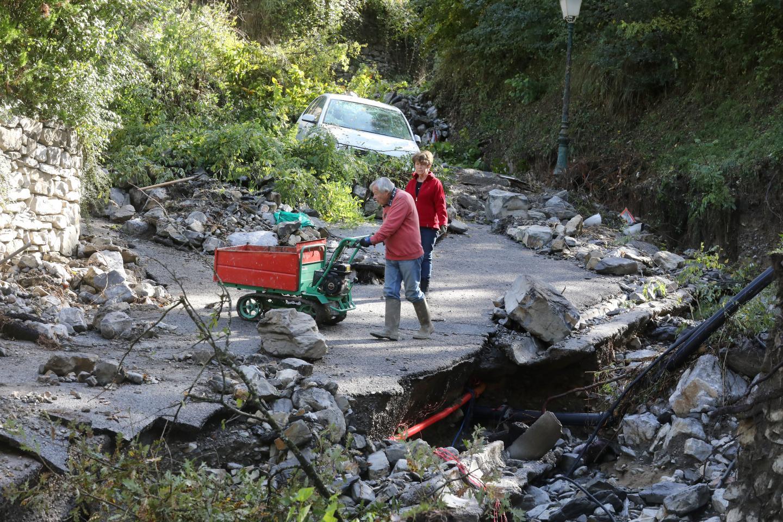 L'une des voies d'accès au village a littéralement « implosé » sous l'action de l'eau.