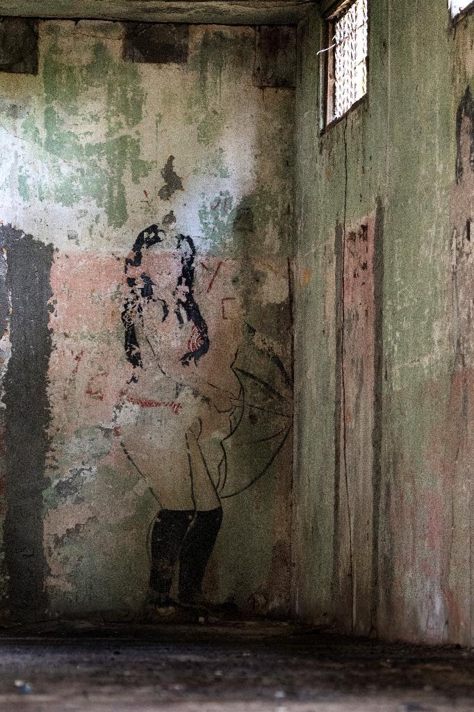 Un graffiti sur un mur de l'ancienne prison de l'île San Lucas, au Costa Rica, le 27 septembre 2020