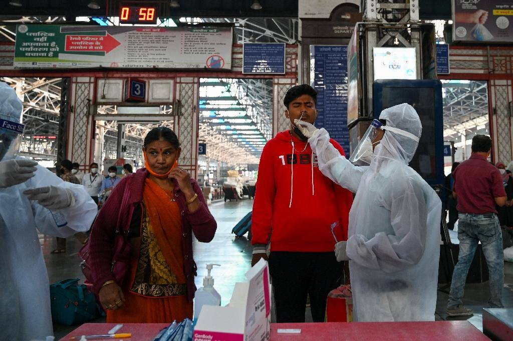 Dépistage des voyageurs à leur arrivée à la gare de Bombay, le 25 novembre 2020 en Inde
