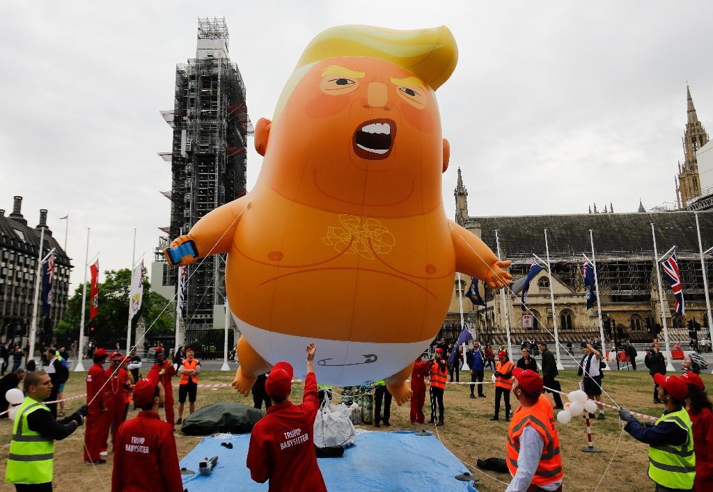 Des manifestants anti-Trump avec un ballon caricaturant le président américain près du Parlement britannique à Londres le 4 juin 2019