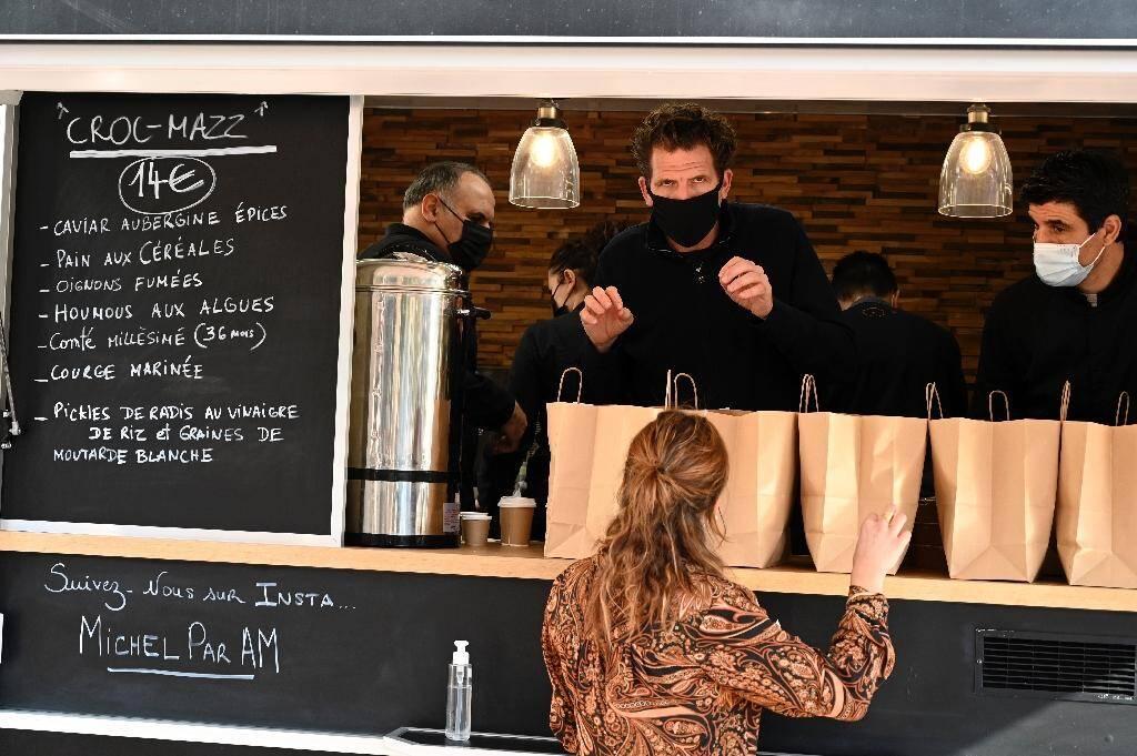 """Le chef Alexandre Mazzia dans son """"food-truck"""" à Marseille le 24 novembre 2020"""