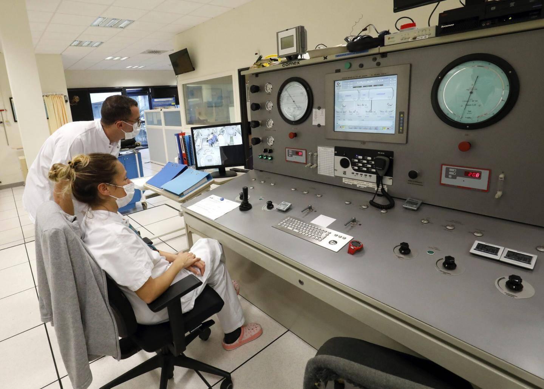 """Pendant la séance, les scientifiques veillent au contrôle des pressions et de l'atmosphère de la chambre hyperbare. Ils peuvent également s'appuyer sur une surveillance audio et vidéo permanente pour vérifier le bon déroulement. Selon le professeur Blatteau, """"c'est pour le moment bien supporté""""."""
