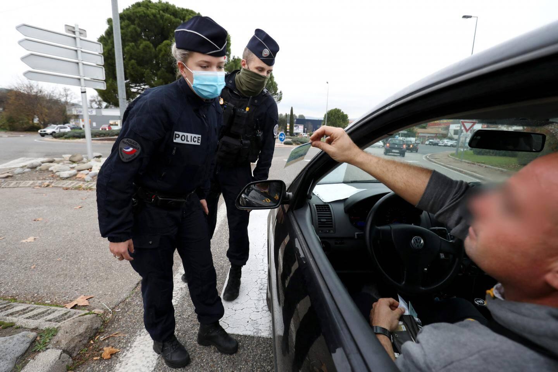 Les forces de l'ordre effectuent un contrôle d'attestation au niveau du rond-point du magasin Carrefour, à Trans-en-Provence.