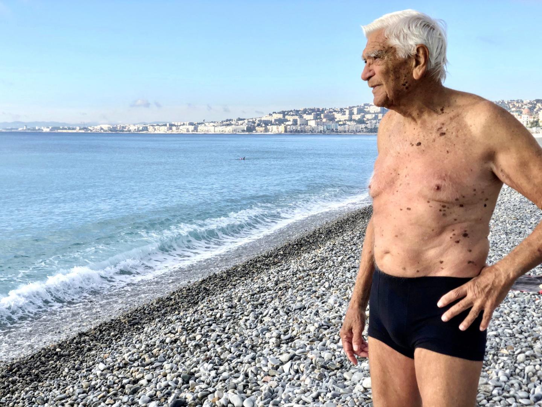 Qu'il vente ou qu'il pleuve, ils sont là. Ce sont les fadas d'Opéra, les fondus de Castel ou les barjots de La Réserve... Tous dépendants à l'iode de la Méditerranée. Malgré le confinement, malgré les règles liées à l'état d'urgence sanitaire, malgré les patrouilles de police, à Nice, les baigneurs de la Promenade des Anglais se soignent aux bains de mer en pleine pandémie de coronavirus.