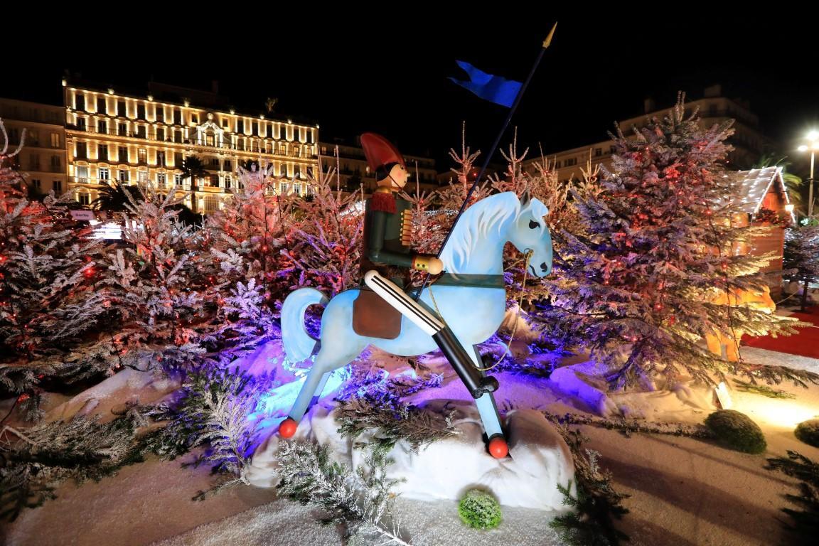 Quant à la place de La Liberté, point de marché cette année, mais certains chalets demeurent pour accueillir le Jardin de Noël.