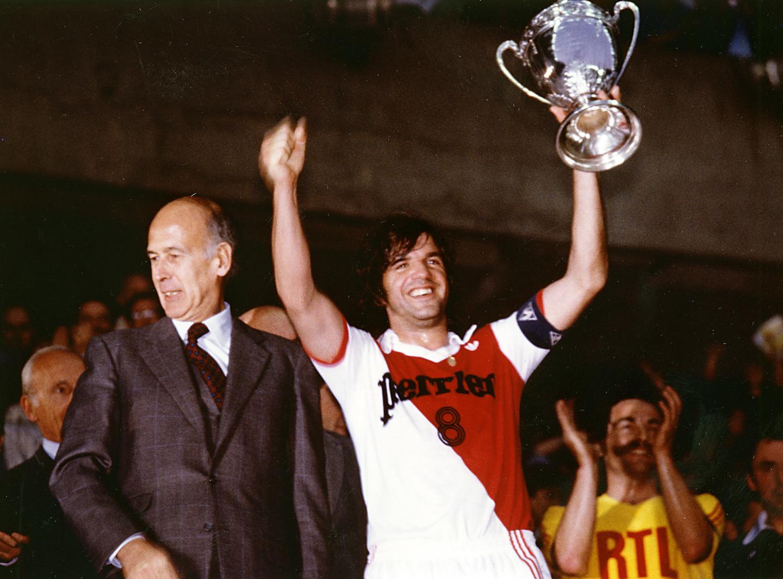 Le 7 juin 1980, le président Giscard d'Estaing remet la coupe au légendaire capitaine de l'AS Monaco, Jeannot Petit, lors de la finale de la Coupe de France, au Parc des Princes à Paris.