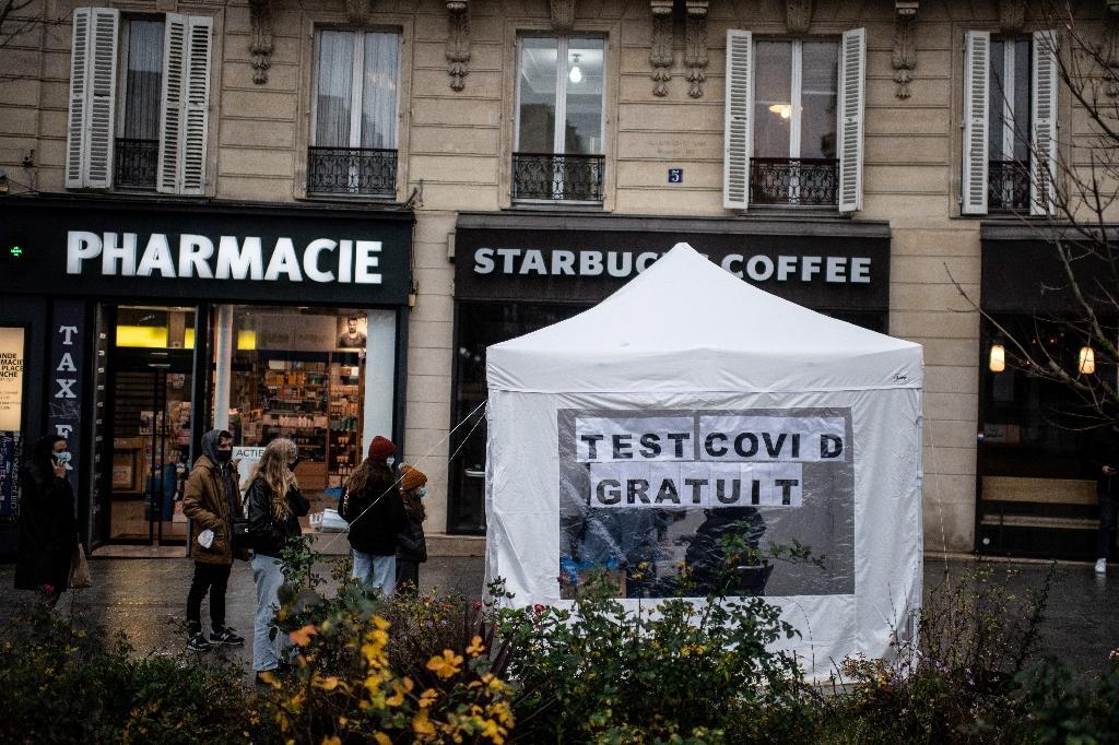 File d'attente devant une tente dans laquelle sont effectués des tests antigéniques à Paris le 21 décembre 2020