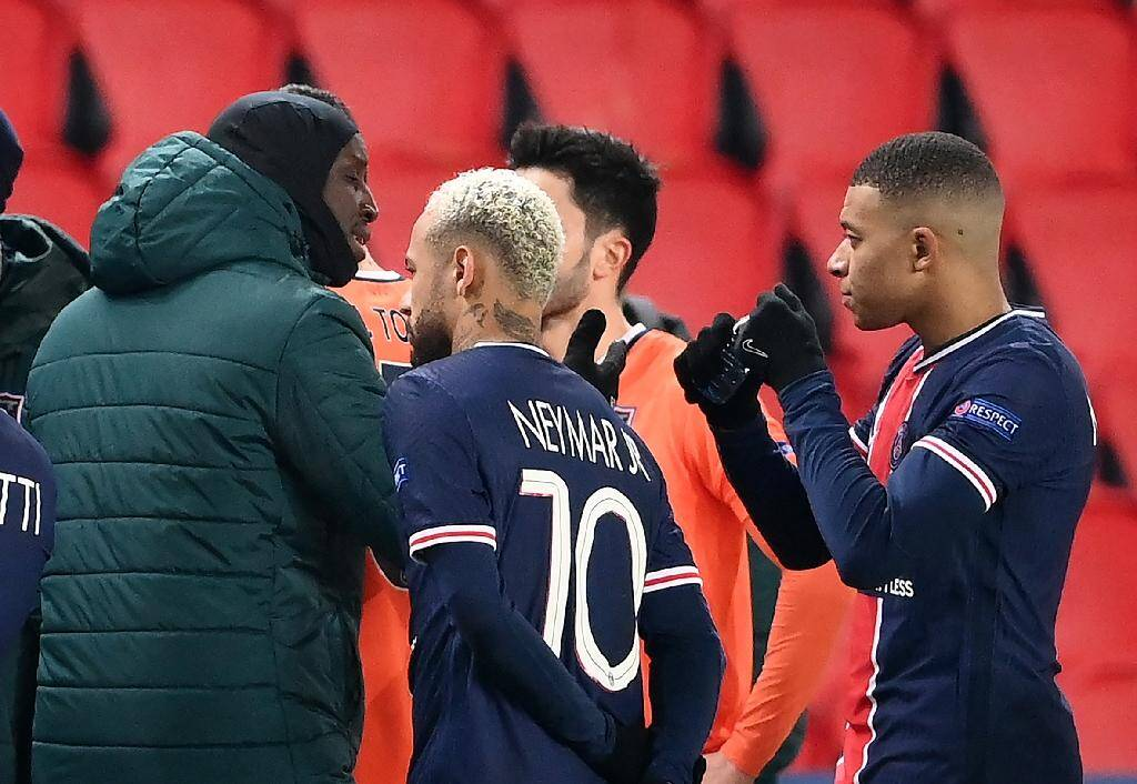 L'attaquant français de l'Istanbul Basaksehir, Demba Ba (g), discute avec les attaquants du Paris-SG, Kylian Mbappé (d) et Neymar, après l'interruption du match de groupes de la Ligue des champions contre le Paris-SG, au Parc des Princes, le 8 décembre 2020