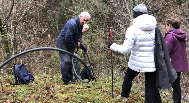 Les bénévoles des week-ends solidaires ont tenté, en vain, de remettre l'eau à Jean-Luc Terreux (à droite sur la photo).