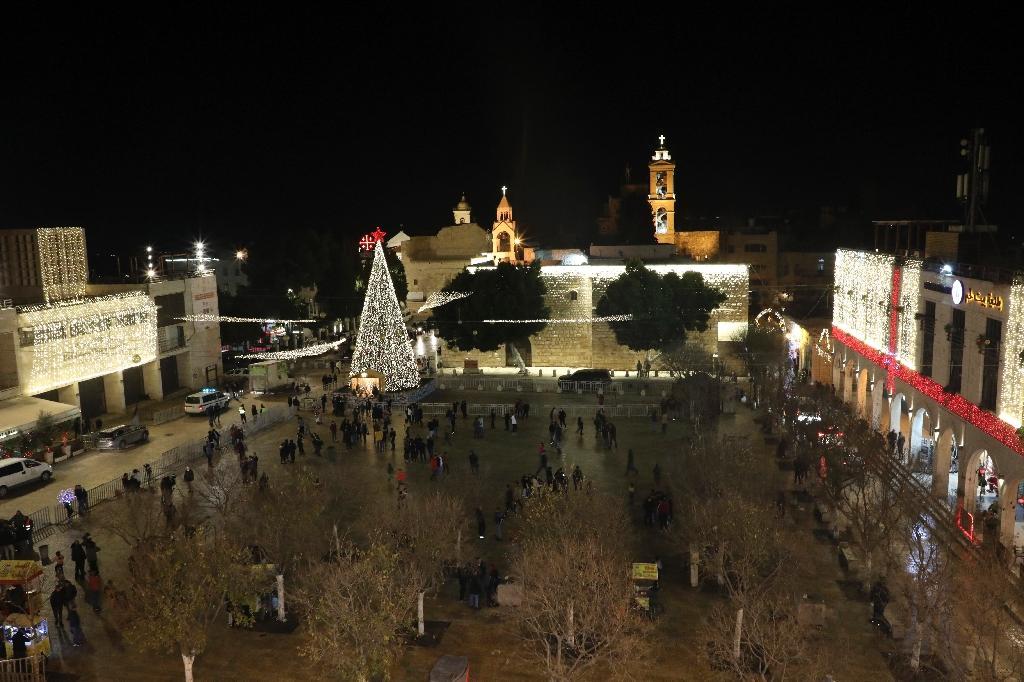 Le sapin de Noël érigé sur la place devant la Basilique de la Nativité à Bethléem (Cisjordanie occupée), le 24 décembre 2020