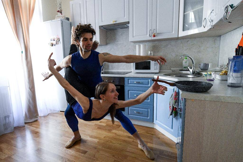 Entrainement de danse dans leur cuisine par des artistes de la troupe du Bolshoi, à Moscou, le 29 avril 2020