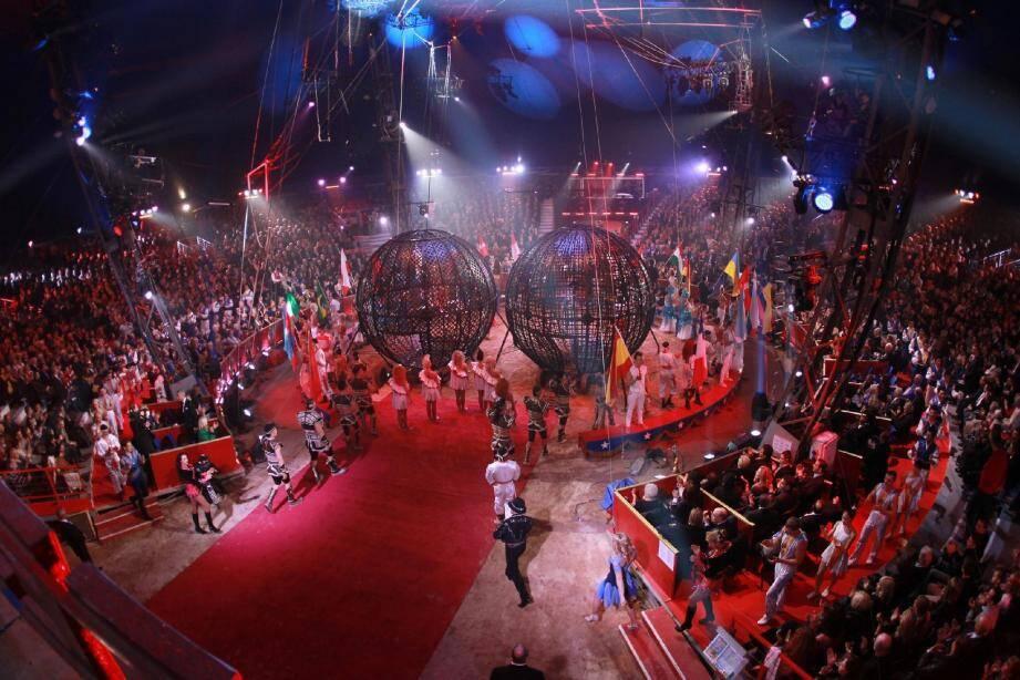 La soirée de gala a commencé avec le numéro des Infernal Varanne : les Français tournent à moto dans des sphères de 4,25 mètres de diamètre. Ils ont réussi l'exploit de rouler à six en même temps autour d'une jeune femme placée au centre de la structure métallique. Ci-dessous , la complicité entre la Princesse Stéphanie et sa fille Pauline, prête à reprendre le flambeau avec New Generation, compétition dédiée aux jeunes artistes les 4 et 5 février prochains. En bas , la princesse Charlène a assisté à la représentation aux côtés du souverain qui a remis, avec la princesse Stéphanie, un Clown d'or à la famille Cassely.