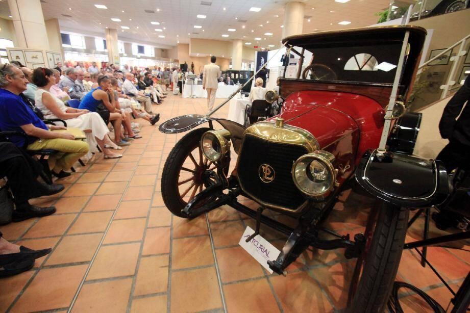 Le public était au rendez-vous hier en fin d'après-midi pour assister à cette vente aux enchères où chaque lot a trouvé preneur. En haut, quelques modèles phares de la vente, de gauche à droite : le roadster Panhard & Levassor de 1913 parti pour 65 000 euros ; une Dodge militaire vendue à 45 000 euros ; la Fiat 500 premier lot lâché à 21 000 euros et la fameuse Mercedes 500 SEC, record de vente à 94 000 euros.