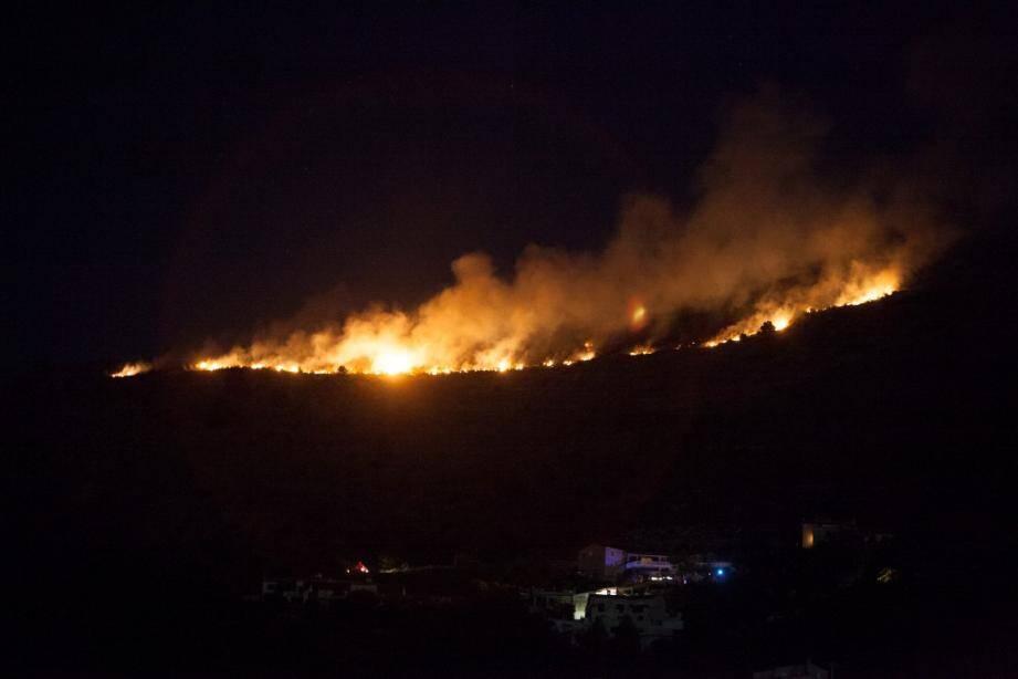 L'incendie n'est pas passé loin des habitations...
