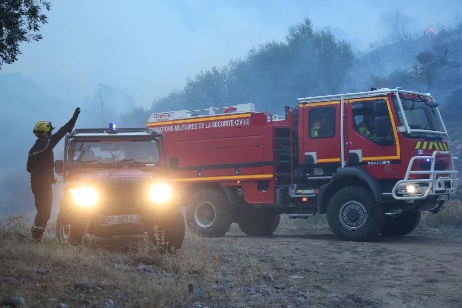 Les équipes au sol accèdent difficilement sur la zone de l'incendie à Calenzana en Haute-Corse