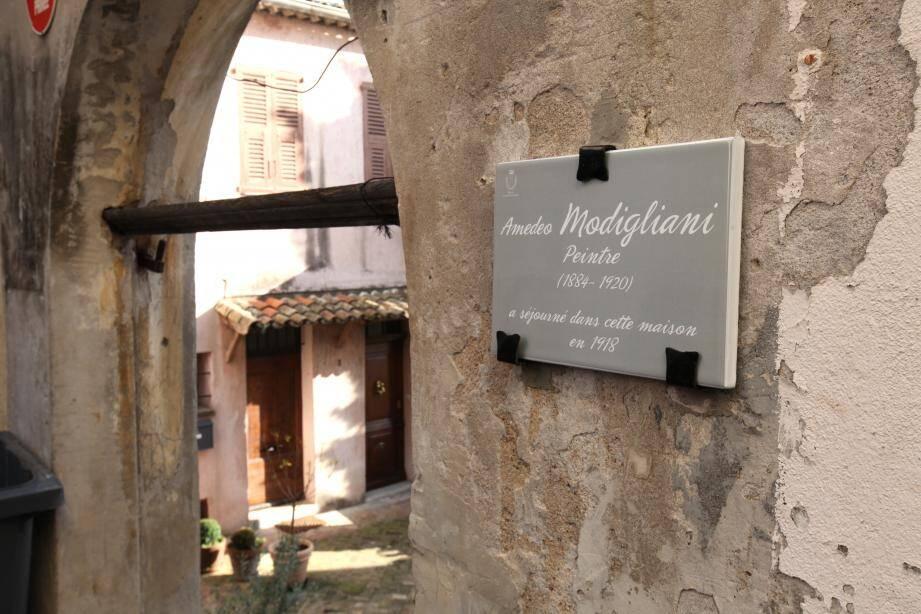 Montée des Terrasses, une des plaques dédiées aux artistes, de la couleur « du dos des feuilles d'olivier ».