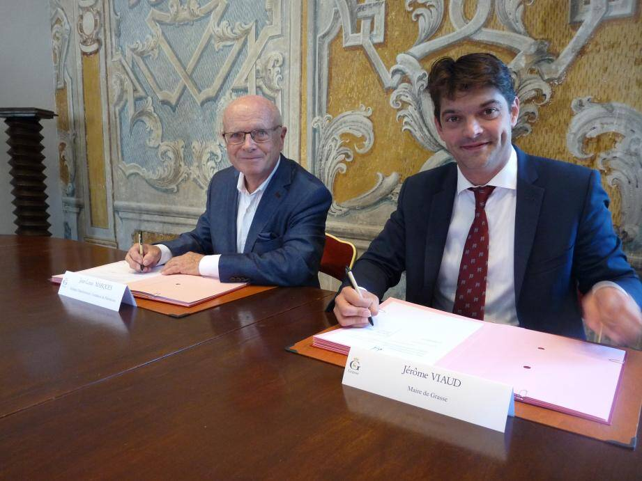 Jean-Louis Marques, délégué azuréen de la Fondation du patrimoine, et Jérôme Viaud, lors de la signature de la convention de souscription.