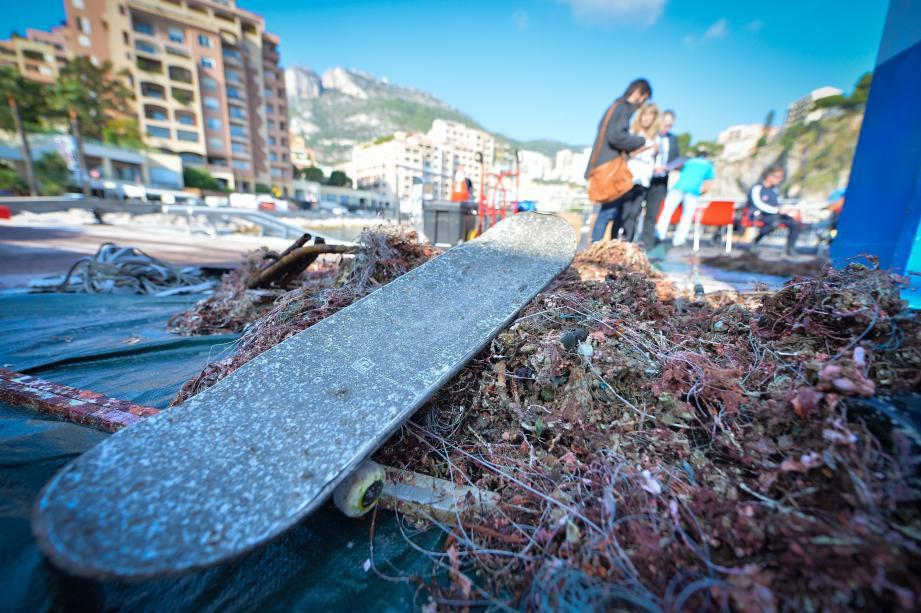 Des bénévoles plongent dans les eaux de Fontvieille, depuis lundi et jusqu'à aujourd'hui, pour contribuer à l'opération propreté  des Roches Saint-Nicolas.
