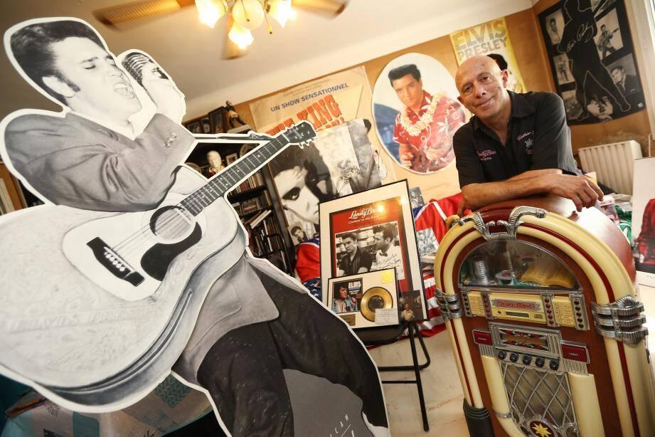 Patrick Barcelona a transformé son petit living en sanctuaire entièrement dédié à la mémoire du King. Depuis des années, il collectionne objets, affiches, photos, vidéos, disques... rappelant le monstre sacré  du rock'n'roll.