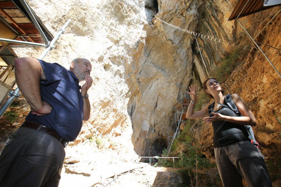Patrick Simon, directeur du Musée d'archéologie préhistorique, et Elena Rossoni-Notter, chercheur archéologue, mènent les fouilles dans cette grotte.