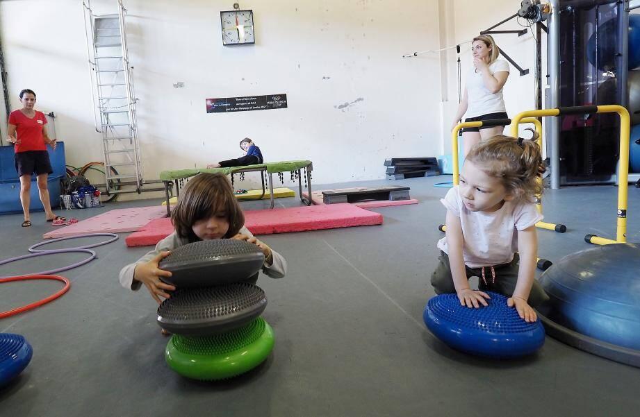 Durant les vacances scolaires hivernales, les minots autistes et neurotypiques ont pu partager les séances multisports ensemble.