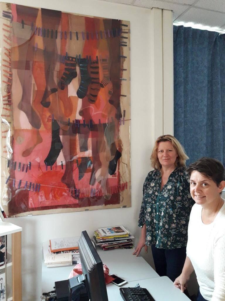 Anne Bazin-Sadler et Natasha Le Goadec, responsable du CDI devant « La lessive au soleil » de Valérie Sierra della Casa di Dio.
