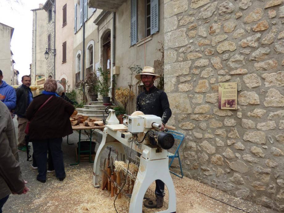 Frédéric Gerst fabrique des objets en bois d'olivier.