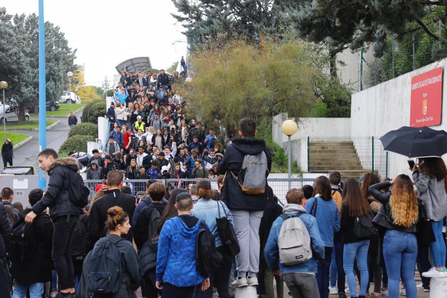 Des lycéens devant le lycée Tocqueville à Grasse.