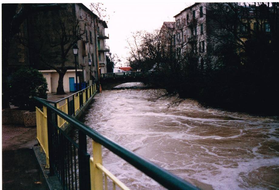 Le fleuve en plein centre-ville (en haut à gauche) ; la crue au niveau du pont de l'autoroute (en bas à gauche) ; la passerelle arrachée au niveau de la caserne des pompiers (en bas à droite).