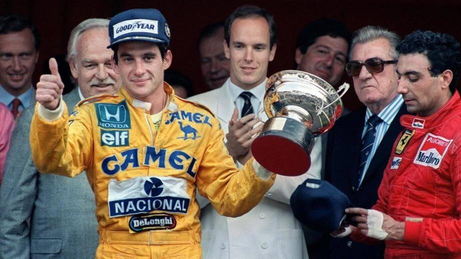 Ayrton Senna célèbre sa première victoire à Monaco en 1987, aux côtés du Prince Albert II