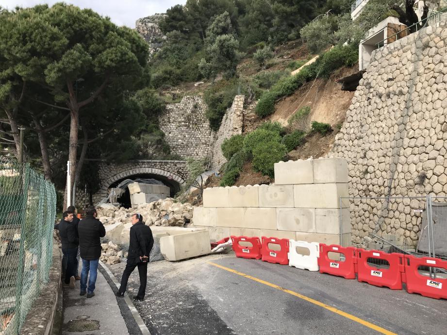 En conséquence, la route est fermée à la circulation au niveau du giratoire de l'hôpital, à l'entrée Ouest de Monaco. Et ce, pour une durée indéterminée.