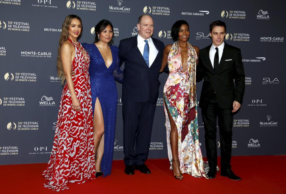 Jessica Alba, Marie Chevallier, Gabrielle Union et Louis Ducruet, fils de la princesse Stéphanie, entourent le prince Albert II.