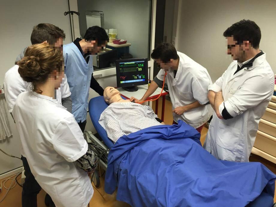 Après la mise en situation, les étudiants débriefent avec les enseignants en passant en revue chaque étape de la prise en charge du patient pour identifier les éventuels écueils.