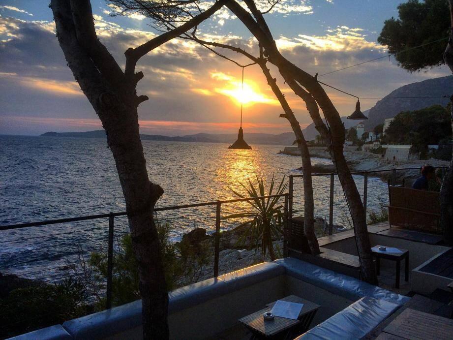 La terrasse de la Pinède face au coucher du soleil