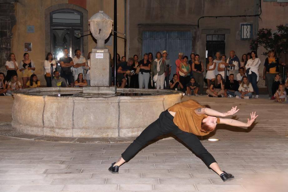 Place Saint Pierre, un espace était dédié à l'expression de la danseuse de Gianluca Falvo.