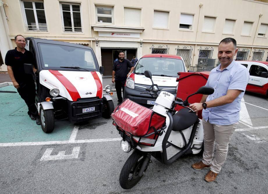 Fréderic Defrance et ses collègues avec trois des modèles de véhicules en service aujourd'hui.