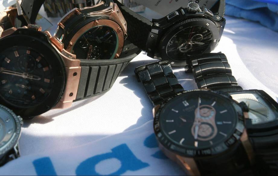 """Pour les produits les """"mieux"""" contrefaits, une montre peut se vendre jusqu'à 300€, à la sauvette, dans les ruelles de Vintimille ou de Sanremo, places fortes des réseaux de contrefaçons sur la Riviera italienne. Et ce malgré le renforcement de la coopération européenne."""