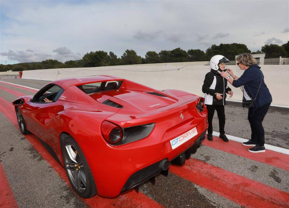 Adrienne avait le sourire au moment de partir faire un tour en Ferrari 488 de 670 chevaux. Et elle l'avait encore plus en revenant !