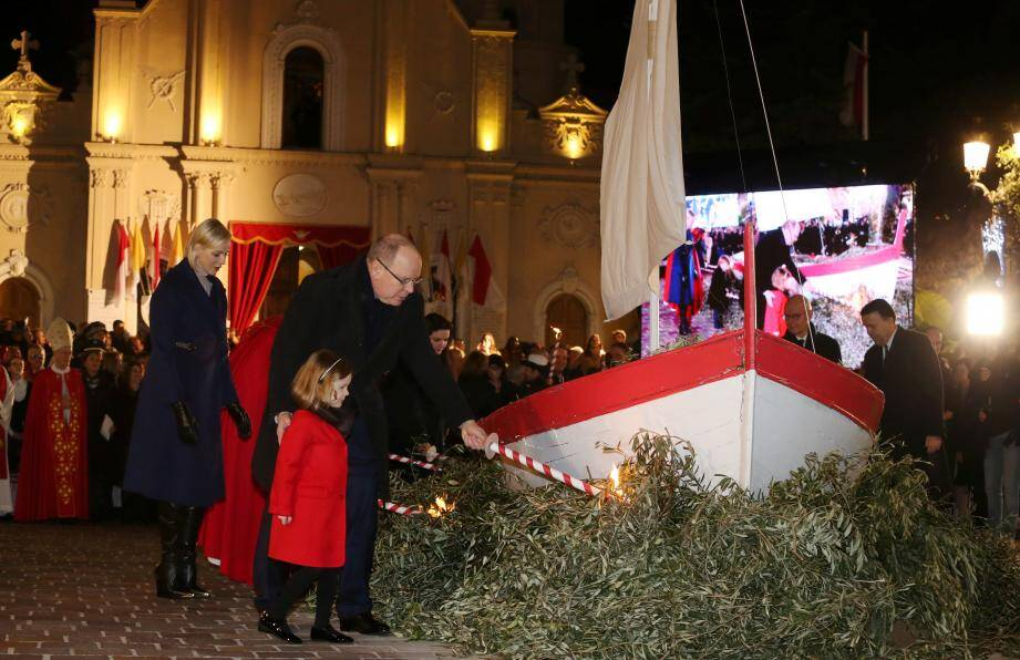 Les reliques, après être apparues sur la barque à voile, ont été apportées jusqu'à l'église Sainte-Dévote.