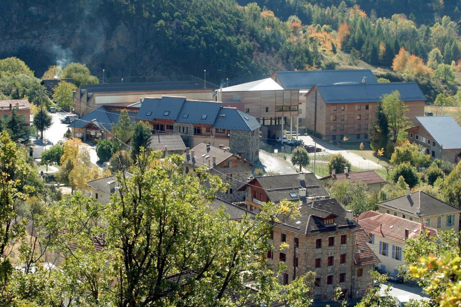Une partie du village de Valdeblore, avec son fameux lycée de la montagne qui forme 450 élèves à plusieurs métiers de la nature.